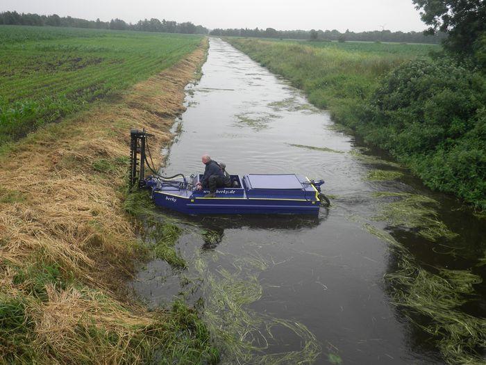 Mähboot im Einsatz